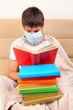 Adolescente enfermo en máscara de la gripe Fotografía de archivo libre de regalías