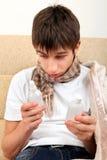 Adolescente enfermo que mira en las botellas de la droga Foto de archivo