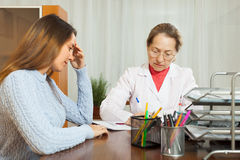 Adolescente enfermo que se queja al doctor Imágenes de archivo libres de regalías