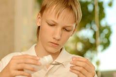 Adolescente enfermo que toma la medicación Foto de archivo libre de regalías