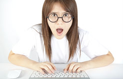 Adolescente enojado en el ordenador Imágenes de archivo libres de regalías