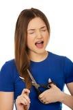 Adolescente enojado que corta su pelo Imagenes de archivo