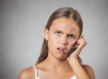 Adolescente enojado que habla en el teléfono celular Imágenes de archivo libres de regalías