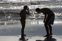 Adolescente enseña a la muchacha sobre vida de marina Foto de archivo libre de regalías