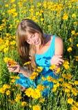Adolescente entre las flores amarillas Fotografía de archivo libre de regalías