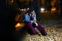 Adolescente entre las hojas de otoño Fotos de archivo libres de regalías