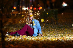 Adolescente entre las hojas de otoño Fotografía de archivo libre de regalías