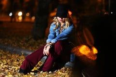Adolescente entre las hojas de otoño Fotografía de archivo