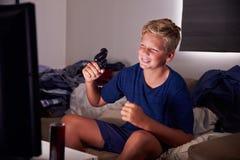 Adolescente enviciado al juego video en casa Imagen de archivo