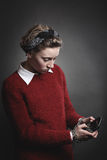 Adolescente enviciado al smartphone Imágenes de archivo libres de regalías