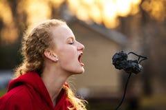 Adolescente environ à la guimauve brûlée par morsure Images stock