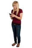 Adolescente envoyant un message avec texte image libre de droits