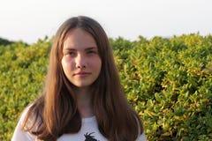Adolescente es la presentación al aire libre Foto de archivo libre de regalías