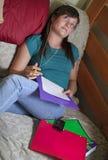Adolescente escucha la música Imagen de archivo