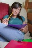 Adolescente escucha la música Fotos de archivo