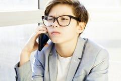 Adolescente escucha la música de la juventud a través de los auriculares Imágenes de archivo libres de regalías