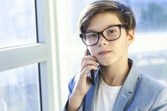 Adolescente escucha la música de la juventud a través de los auriculares Fotografía de archivo libre de regalías