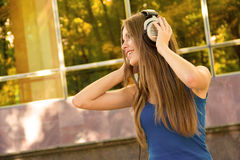 Adolescente escuchan los auriculares de la música Imágenes de archivo libres de regalías