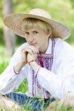 Adolescente eslavo en el prado verde Imagenes de archivo