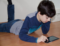 Adolescente está mirando a la libreta de Digitaces Foto de archivo libre de regalías