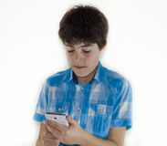 Adolescente está mirando a la libreta de Digitaces Foto de archivo