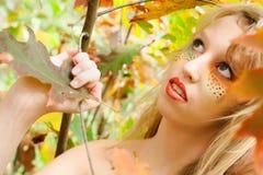 Adolescente está mirando para arriba en el bosque Fotografía de archivo