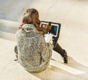 Adolescente/estudiante joven que envía mensajes en la red social - visión superior Imagen de archivo