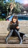 Adolescente/estudiante joven que envía mensajes en red social Fotografía de archivo