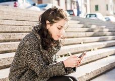 Adolescente/estudiante joven que envía mensajes en red social Foto de archivo libre de regalías