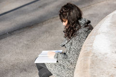 Adolescente/estudiante joven que estudia del cuaderno Imagen de archivo libre de regalías