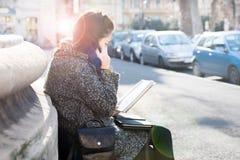 Adolescente/estudiante joven que habla en el teléfono, tiempo caliente soleado Imagen de archivo