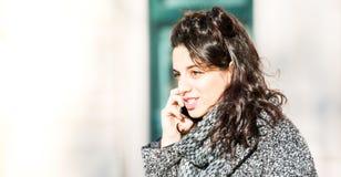Adolescente/estudiante joven que habla en el teléfono - tiro ascendente cercano Foto de archivo