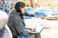 Adolescente/estudiante joven que investiga en la tableta Fotos de archivo