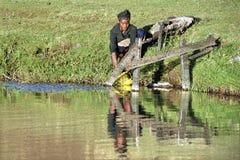 Adolescente etíope consigue el agua potable de fuente de agua Imágenes de archivo libres de regalías