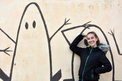 Adolescente et mur de graffiti image stock