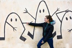 Adolescente et mur de graffiti photographie stock