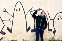 Adolescente et mur de graffiti images libres de droits
