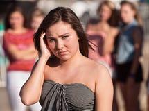 Adolescente europeo triste con el grupo Imagen de archivo