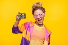 Adolescente expresivo con la cámara de la foto Fotografía de archivo