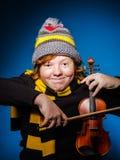 Adolescente expresivo pelirrojo que toca el violín, concepto divertido Imagen de archivo