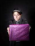 Adolescente expresivo que sostiene la caja con el regalo Fotos de archivo libres de regalías