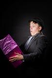 Adolescente expresivo que sostiene la caja con el regalo Fotografía de archivo libre de regalías