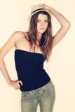 Adolescente fêmea, tendo o divertimento, levantando para um retrato, chapéu fresco vestindo do moderno Fotografia de Stock Royalty Free