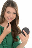 Adolescente faisant le maquillage. Adolescente gaie faisant le maquillage Image stock