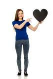 Adolescente felice che indica sul cuore di carta Fotografie Stock