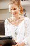 Adolescente felice con il calcolatore del pc del ridurre in pani Fotografie Stock Libere da Diritti