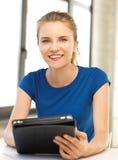Adolescente felice con il calcolatore del pc del ridurre in pani Fotografia Stock Libera da Diritti