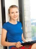 Adolescente felice con il calcolatore del pc del ridurre in pani Immagine Stock Libera da Diritti