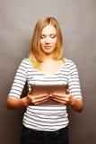 Adolescente felice con il calcolatore del pc del ridurre in pani Fotografia Stock