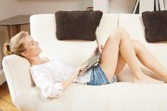 Adolescente felice con il computer portatile Immagine Stock
